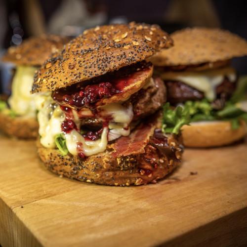 Hamburger met Brie en Bramensaus